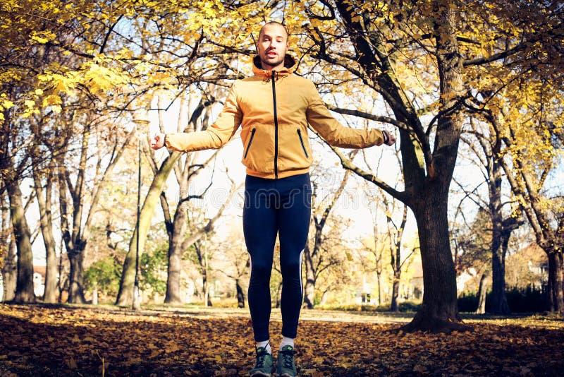 A corda de salto no parque é bom exercício Homem novo fotos de stock royalty free