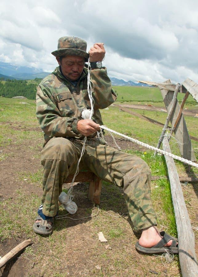 Corda de tecelagem do nómada do homem fotos de stock royalty free