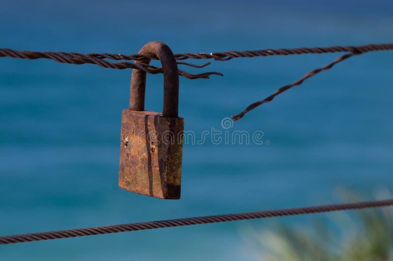 Corda del ferro con il lucchetto immagine stock