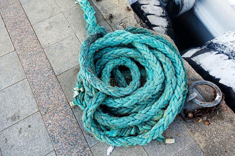 Corda del turchese accatastata su un bacino fotografia stock libera da diritti