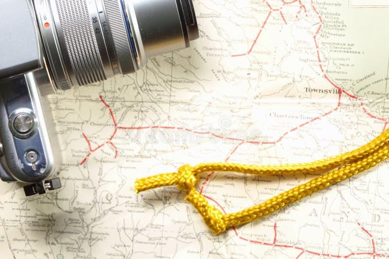 Corda dell'oro e della macchina fotografica sulla mappa fotografie stock libere da diritti