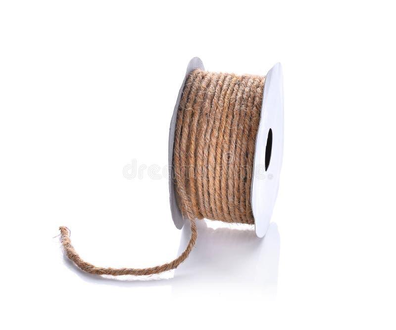 Corda della canapa in rotolo di carta isolato su fondo bianco immagine stock libera da diritti