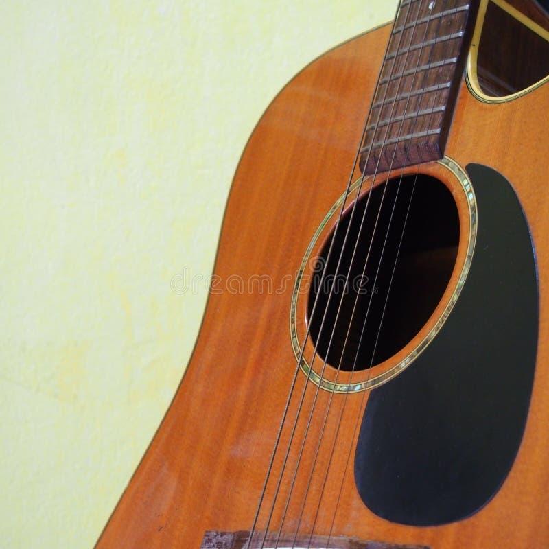 Corda della chitarra di HardWork vecchia e foro sano Pickguard pieno immagini stock libere da diritti