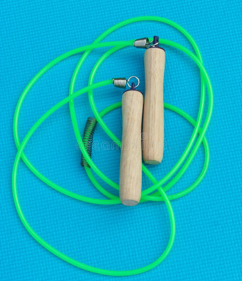 Corda di salto per l'attrezzatura di esercizio, legno fotografia stock