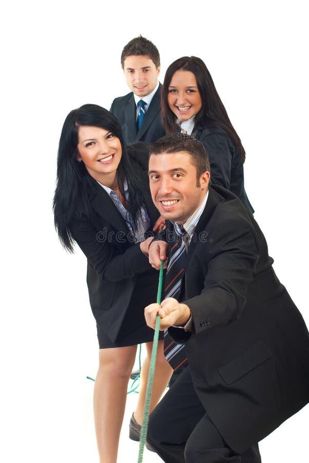Corda di trazione felice della squadra fotografia stock