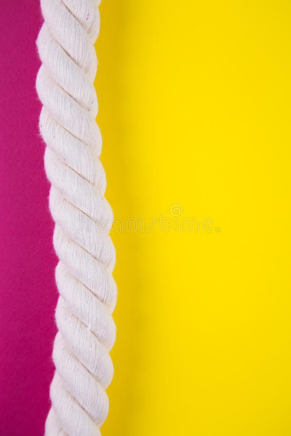 Corda do mar em fundos coloridos com espaço negativo Parte traseira do verão imagem de stock royalty free