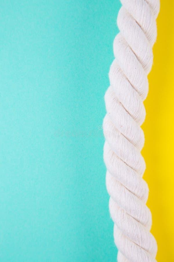 Corda do mar em fundos coloridos com espaço negativo Parte traseira do verão fotos de stock