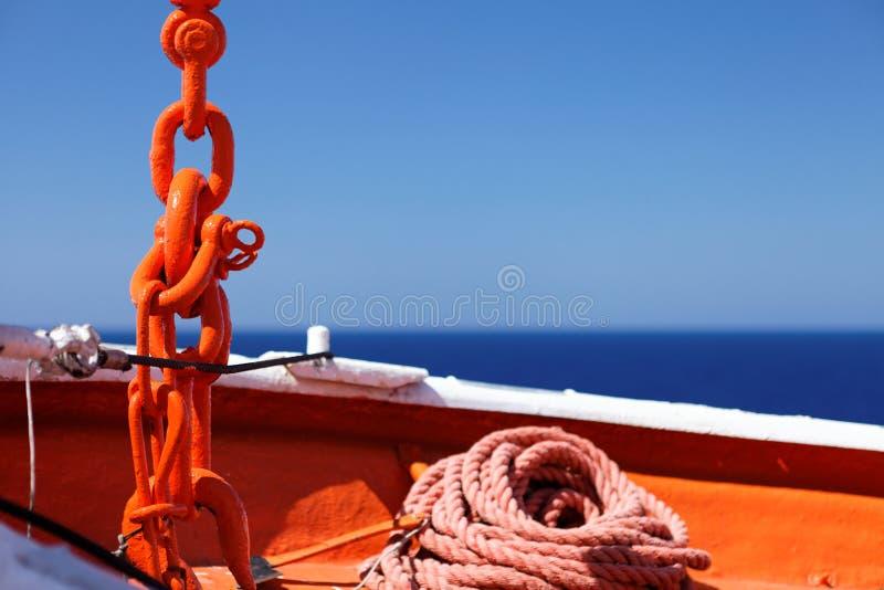 Corda e catena d'ancoraggio della nave di rifornimenti fotografia stock