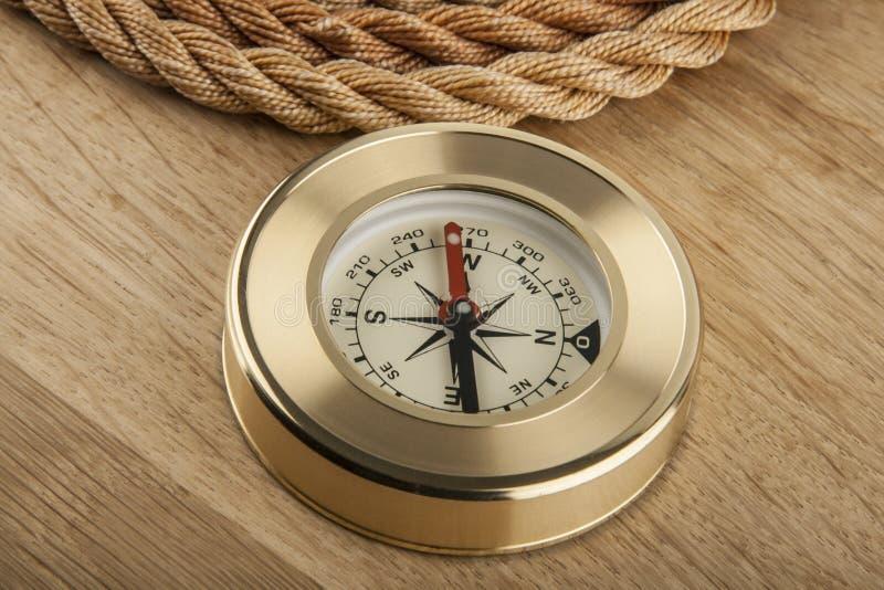 Corda e compasso em um de madeira imagem de stock