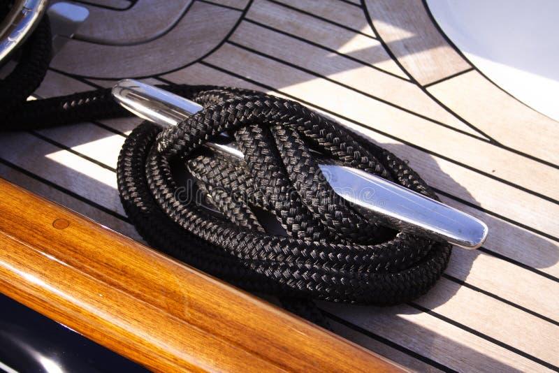 Corda e morsetto dell'yacht del particolare fotografia stock libera da diritti