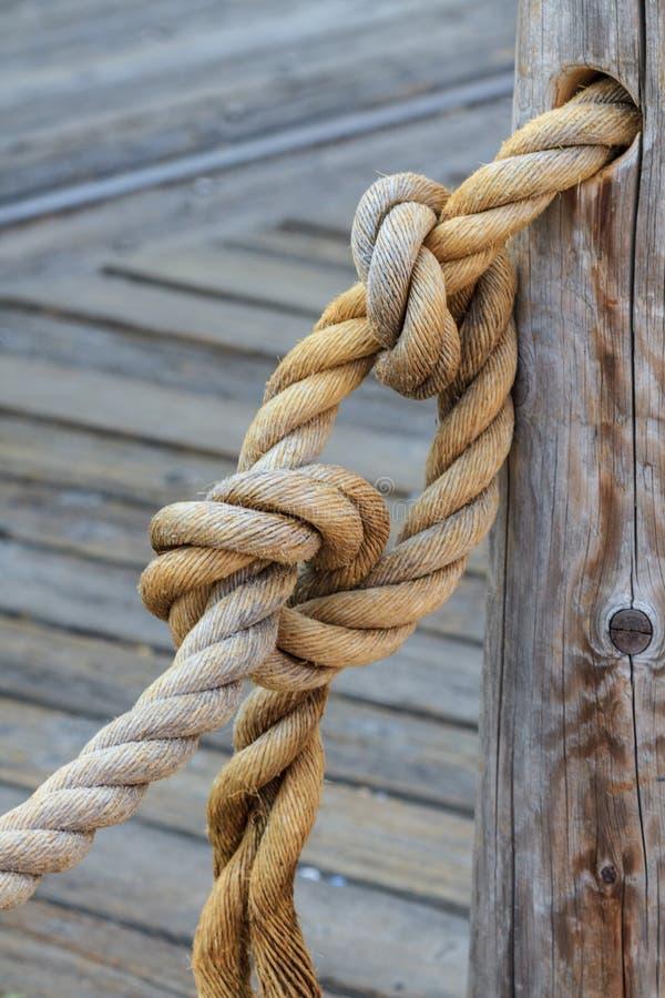 Corda e nó unidos ao polo de madeira imagem de stock royalty free