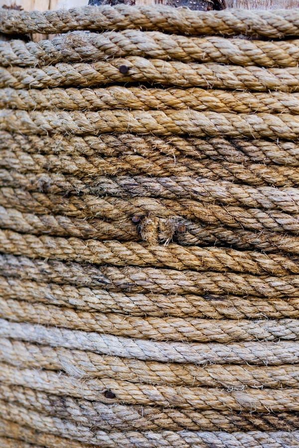 A corda envolvida em torno das colunas tem um nó e o ponto crucial é usado imagens de stock