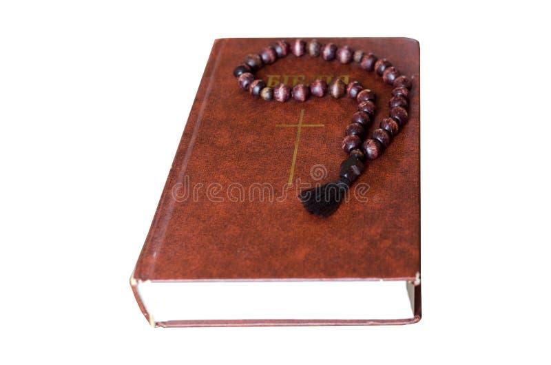 Corda isolada da oração Corda de madeira da oração com a Bíblia isolada no fundo branco imagem de stock