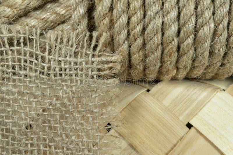 Corda naturale della iuta sul canestro di vimini fornito di punta fotografia stock libera da diritti