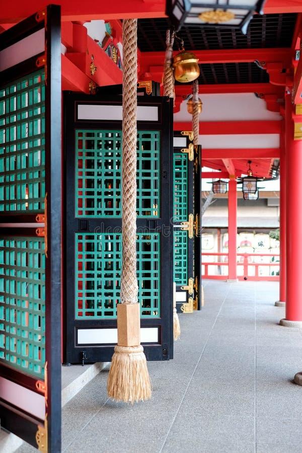 Corda, porta, finestra, tetto rosso e campane in tempio giapponese, Kyoto, Giappone immagine stock libera da diritti
