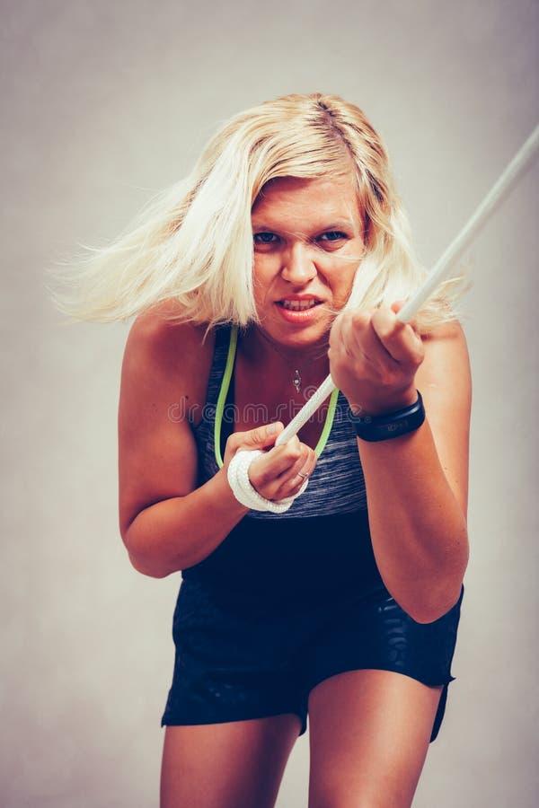 Corda puxando da mulher desportiva forte imagens de stock royalty free