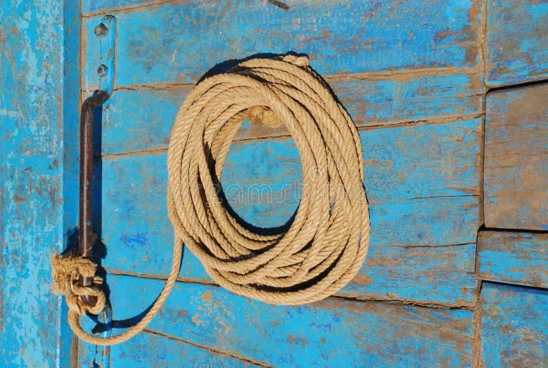 Corda rústica na curva do barco imagens de stock royalty free
