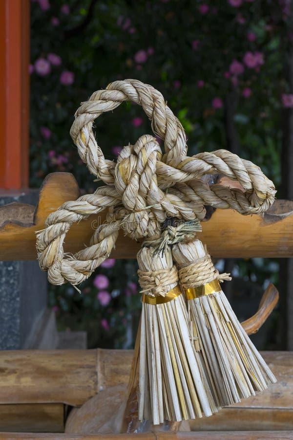 Corda sacra di acclusione o di Shimenawa vicino al tempio di Fujisaki Hachimangu contro i demoni immagine stock