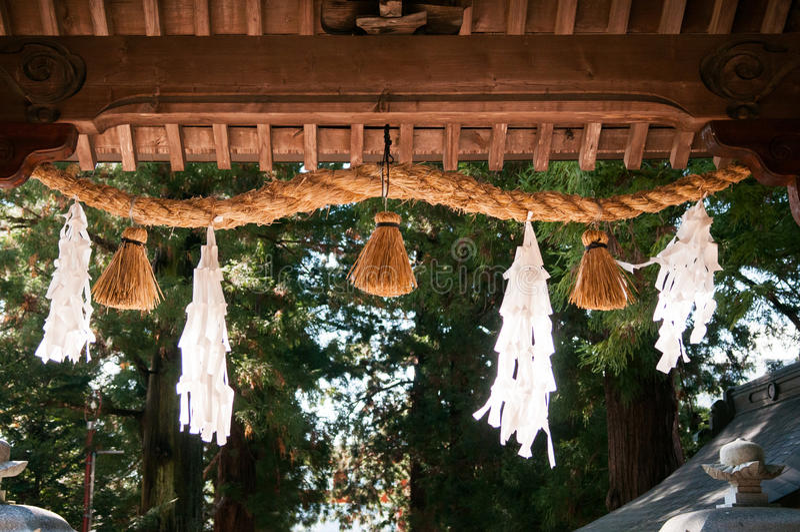 Corda sagrado de Shimenawa na porta da entrada do santuário de Kawaguchi Asama fotografia de stock