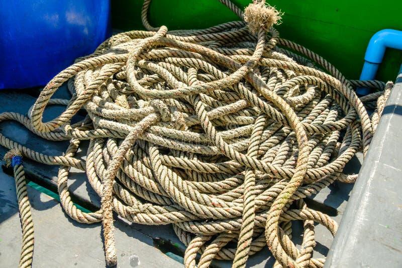 Corda usata per legare la barca nel mare immagini stock libere da diritti