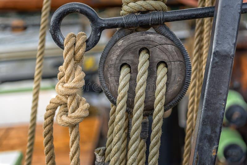Corda velha no barco de navigação imagem de stock