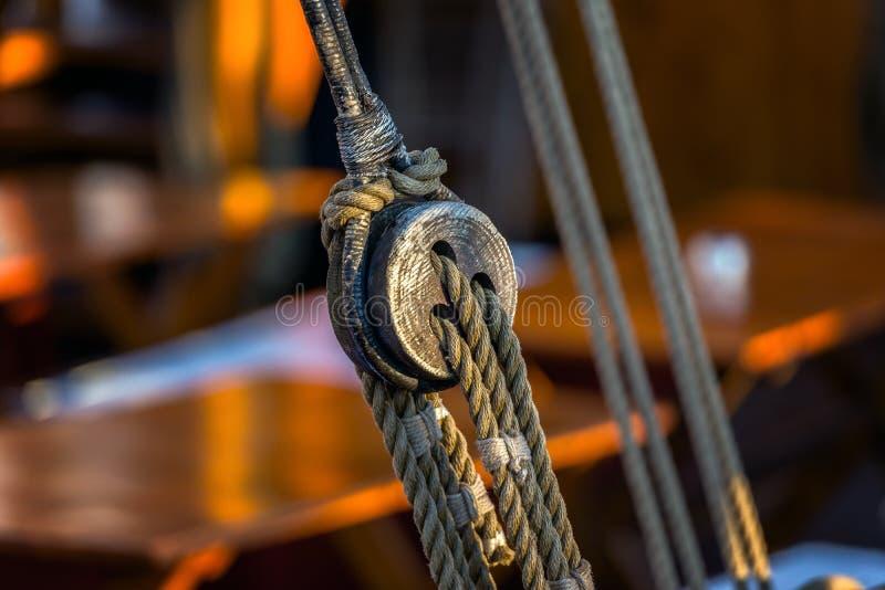 Corda velha no barco de navigação fotografia de stock