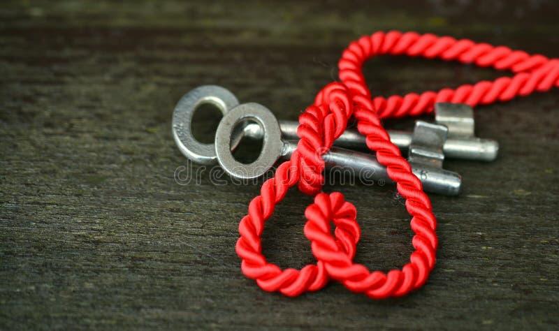 Corda vermelha com chaves de prata