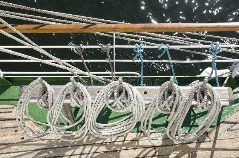 Cordas brancas no navio de navigação fotografia de stock royalty free