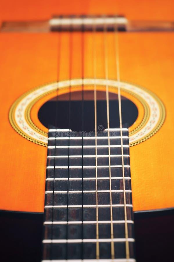 Cordas clássicas acústicas da guitarra Teoria das cordas em um exemplo de uma guitarra fotos de stock royalty free