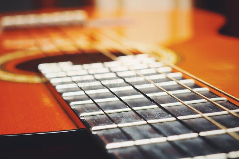 Cordas clássicas acústicas da guitarra Teoria das cordas em um exemplo de uma guitarra foto de stock