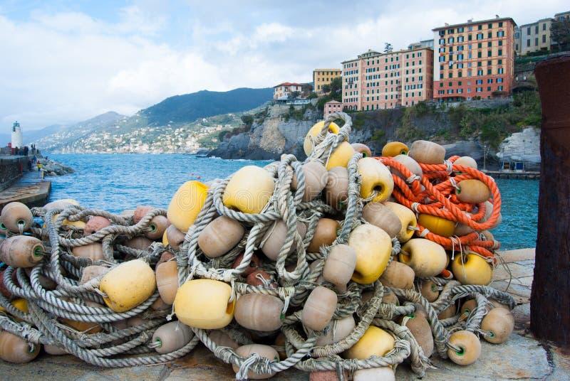 Cordas com boias e o porto pequeno da cidade de Camogli fotografia de stock