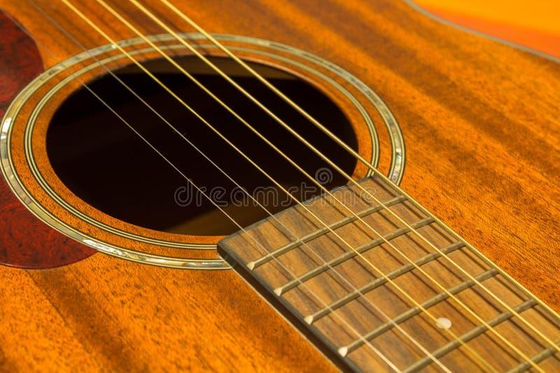 Cordas da guitarra e ascendente próximo da roseta - parte superior marrom/soundboard fotografia de stock