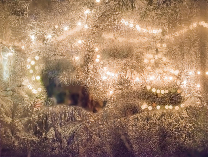 Cordas da luz através de uma janela gelada fotos de stock