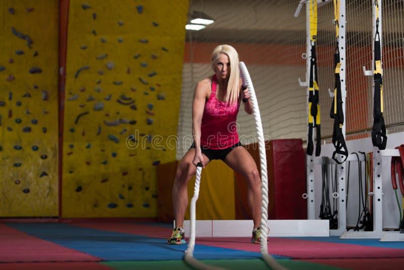 Cordas de luta da aptidão no exercício da aptidão do exercício do gym fotografia de stock royalty free