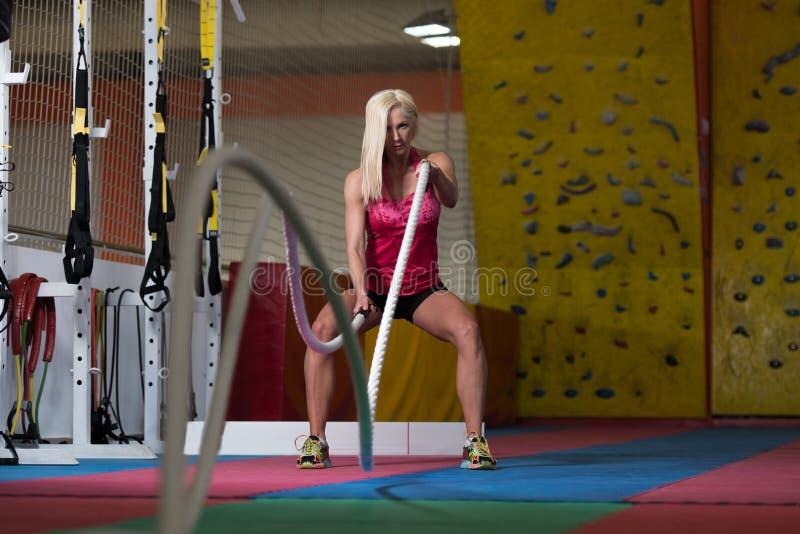 Cordas de luta da aptidão no exercício da aptidão do exercício do gym imagem de stock royalty free