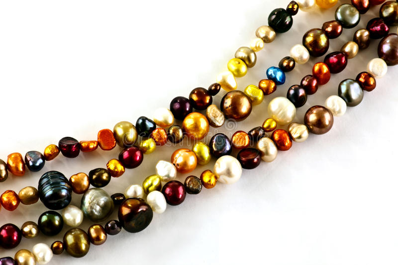 Cordas de pérolas coloridas fotografia de stock royalty free