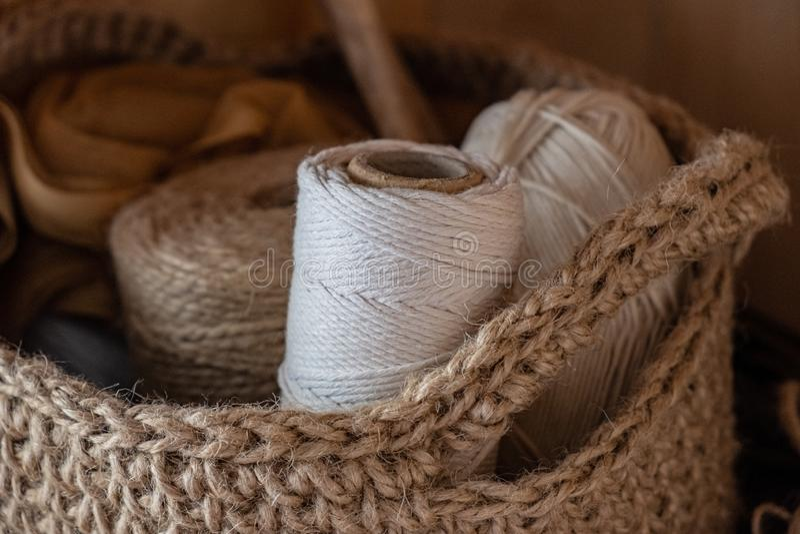 Cordas do macramê, do algodão e do cânhamo nos skeins fotos de stock royalty free