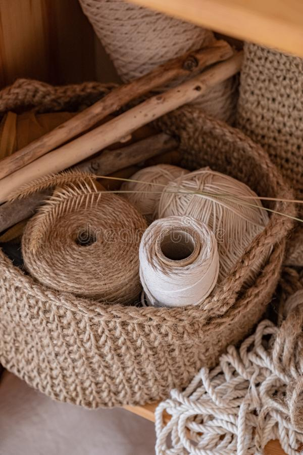 Cordas do macramê, do algodão e do cânhamo nos skeins foto de stock royalty free