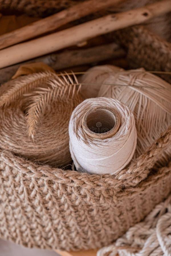 Cordas do macramê, do algodão e do cânhamo nos skeins imagens de stock