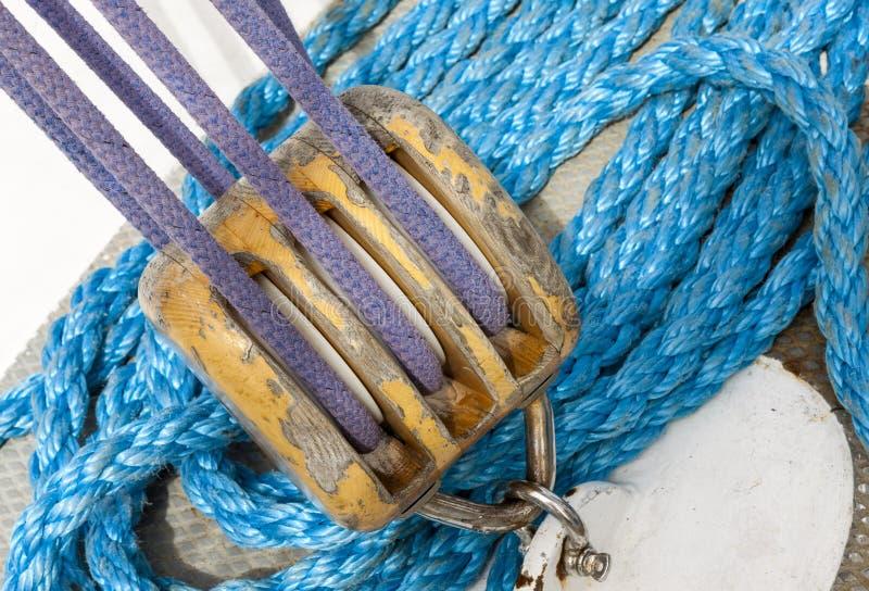 Cordas e equipamento marinhos do navio fotografia de stock