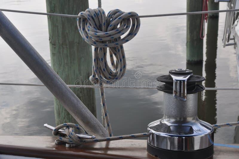 Cordas e um grampo em um veleiro imagem de stock royalty free