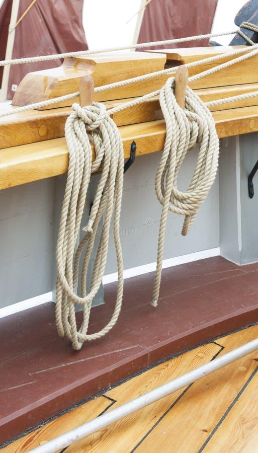 Cordas grossas que penduram na casca do navio fotografia de stock