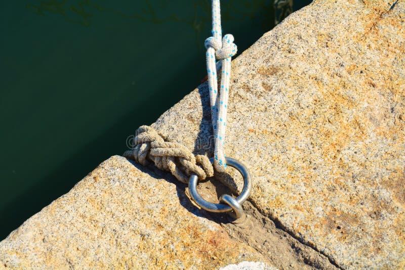 Cordas, mar e anel para navios do porto fotografia de stock