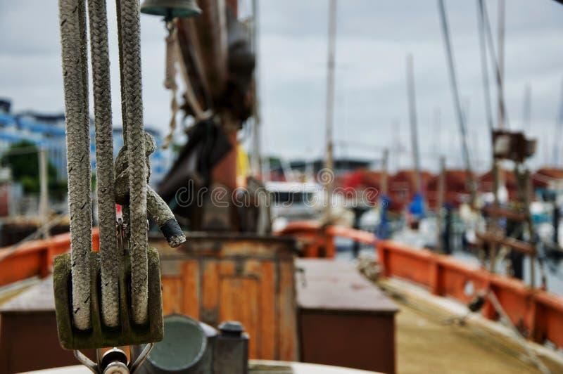 Cordas na frente do navio de navigação obscuro do fundo fotos de stock