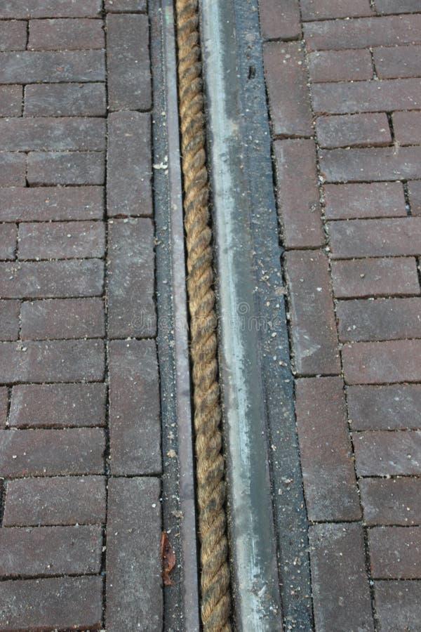 Cordas nos trilhos de carros da rua em Haia a proteger que as rodas dos treinadores durante a parada de Prinsjesdag obtêm coladas foto de stock