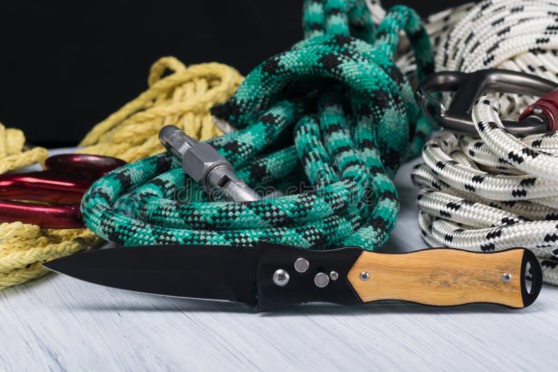Cordas para levantar em montanhas rochosas altas e em uma faca, fundo do close up imagem de stock royalty free