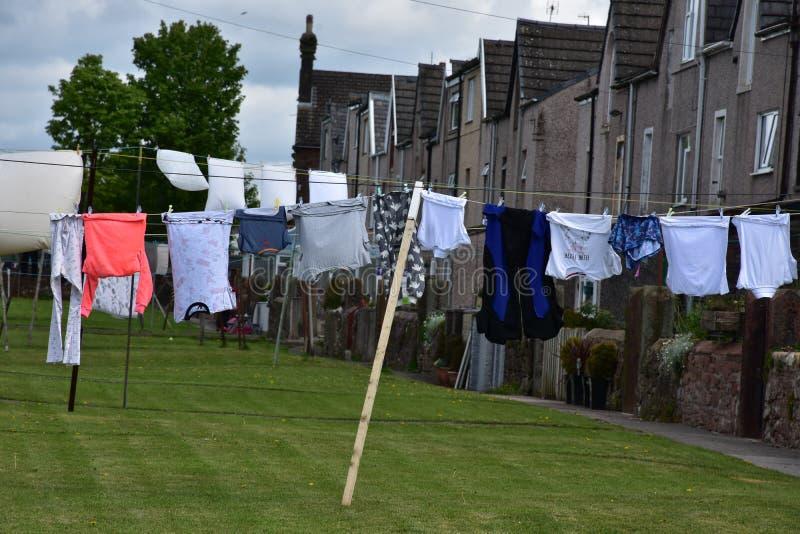 Corde à linge avec la blanchisserie traînant pour sécher dans Cumbria image libre de droits