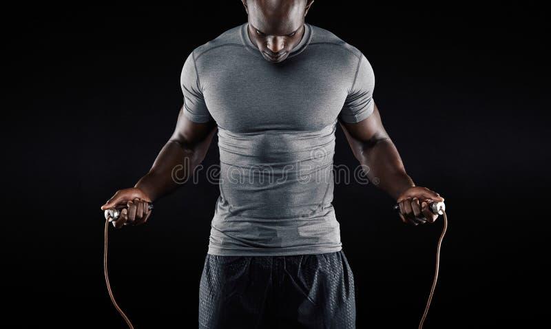 Corde à sauter d'homme musculaire image libre de droits