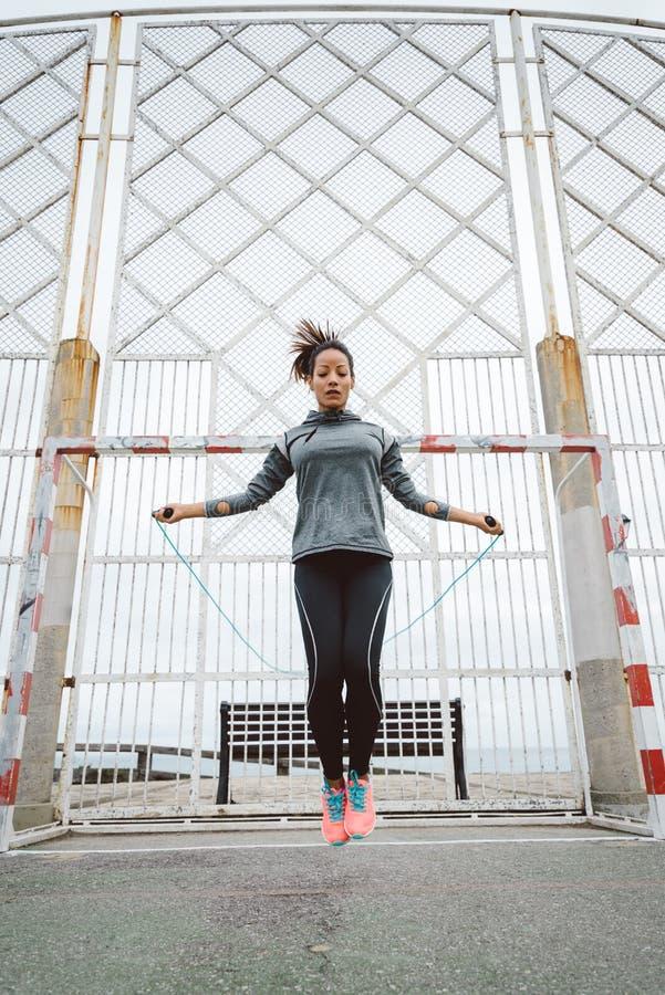 Corde à sauter de femme urbaine de forme physique photos libres de droits