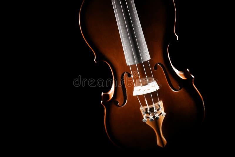 Corde alte vicine dello strumento di musica del violino fotografia stock libera da diritti
